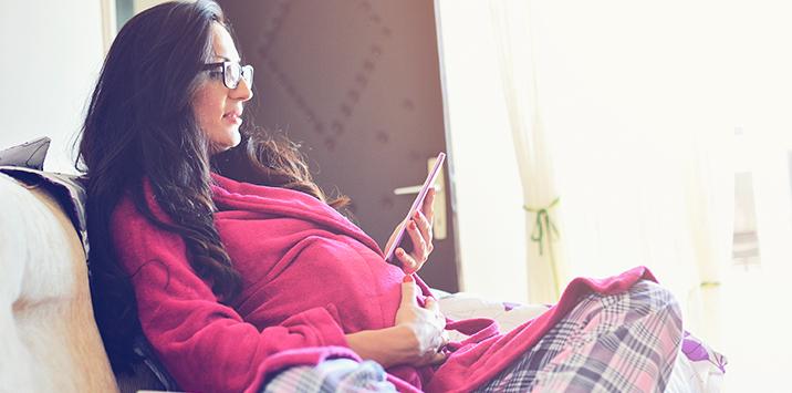 Schwangere mit Tablet
